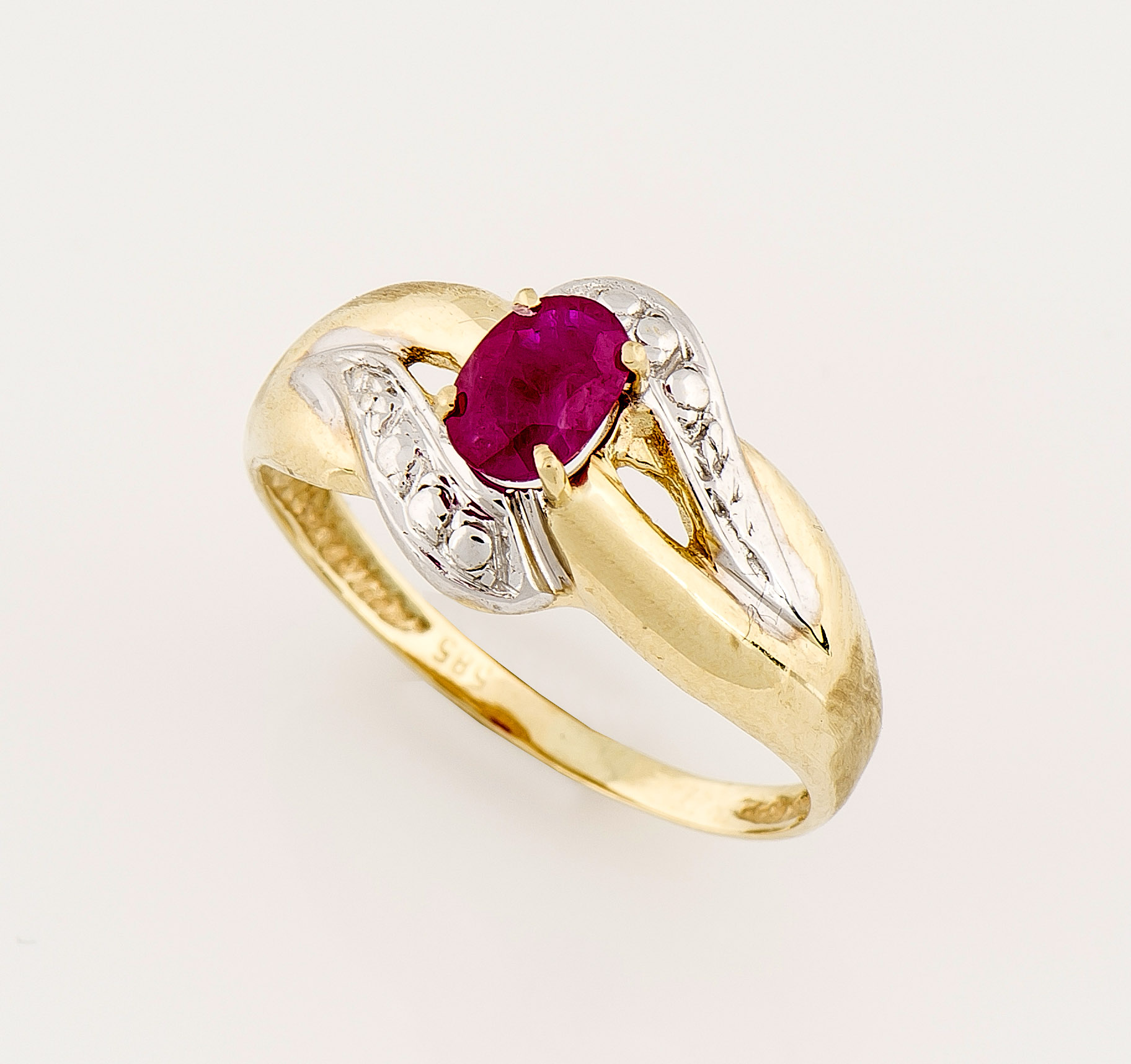 Rubin-Ring GG/WG 585/000 mit einem oval fac